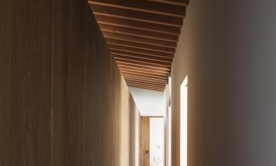土間の広がる家 (廊下を活かしたファミリークローゼット)