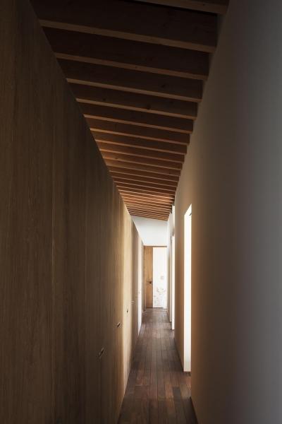 廊下を活かしたファミリークローゼット (土間の広がる家)