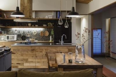 土間の広がる家 (古びたキッチン)