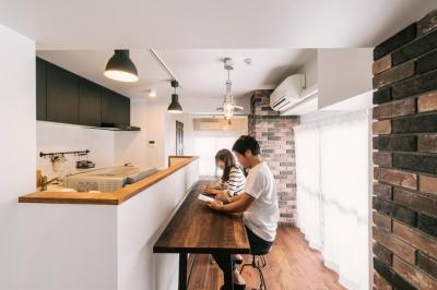 case130・ブリックタイルのあるカフェ風マンション (キッチン)
