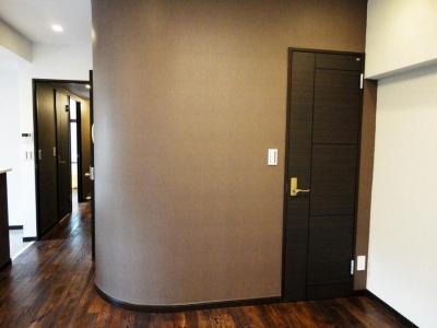 納戸 入口 (case91・無垢材フローリングと漆喰壁のエコ・リノベーション)
