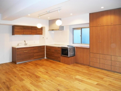 キッチン (自然木材で調和された北欧スタイルの家)