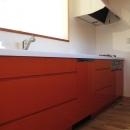 ロフトのある二世帯住宅の写真 キッチン(白とオレンジ)