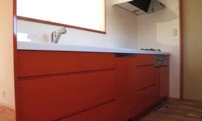 ロフトのある二世帯住宅 (キッチン(白とオレンジ))