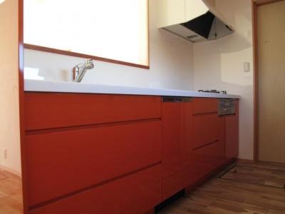 キッチン(白とオレンジ) (ロフトのある二世帯住宅)