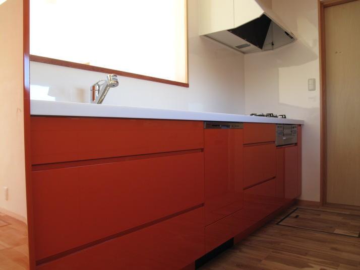 ロフトのある二世帯住宅の部屋 キッチン(白とオレンジ)