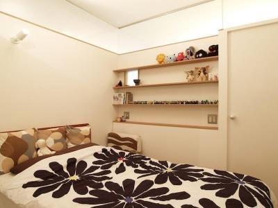 寝室 (Erde-部屋の中に三つの小屋がある)