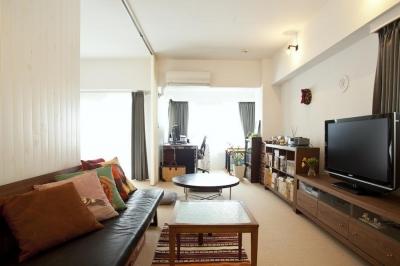 リビング (CABIN-ザイルの床、羽目板の部屋、レンガの壁)