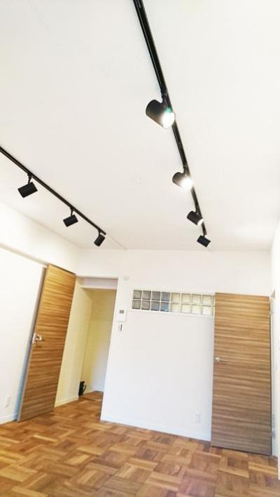 スポットライトのある洋室 (無垢材が優しく薫るスタイリッシュな空間)