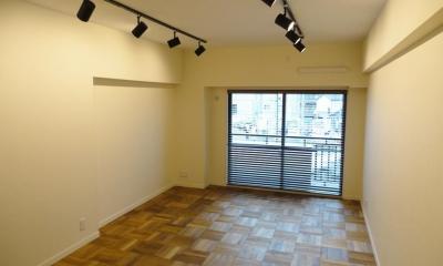 無垢材が優しく薫るスタイリッシュな空間 (自然素材の床が一面に広がる洋室)
