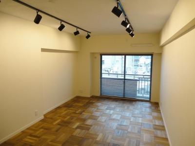 自然素材の床が一面に広がる洋室 (無垢材が優しく薫るスタイリッシュな空間)