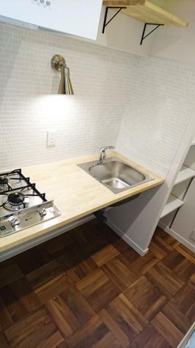 キッチン (無垢材が優しく薫るスタイリッシュな空間)