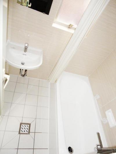 バスルーム (無垢材が優しく薫るスタイリッシュな空間)