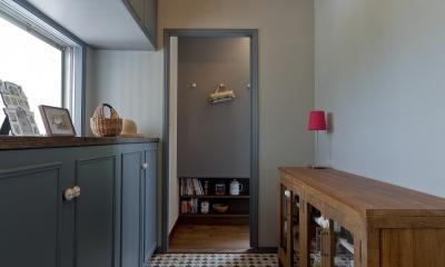 ブルーグレーの家 (扉を開けるとキッチンパントリーへとつながる)