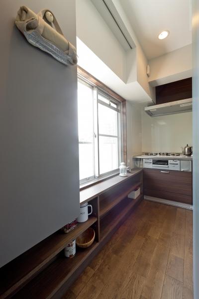 ブルーグレーの家 (玄関からキッチンへの動線)