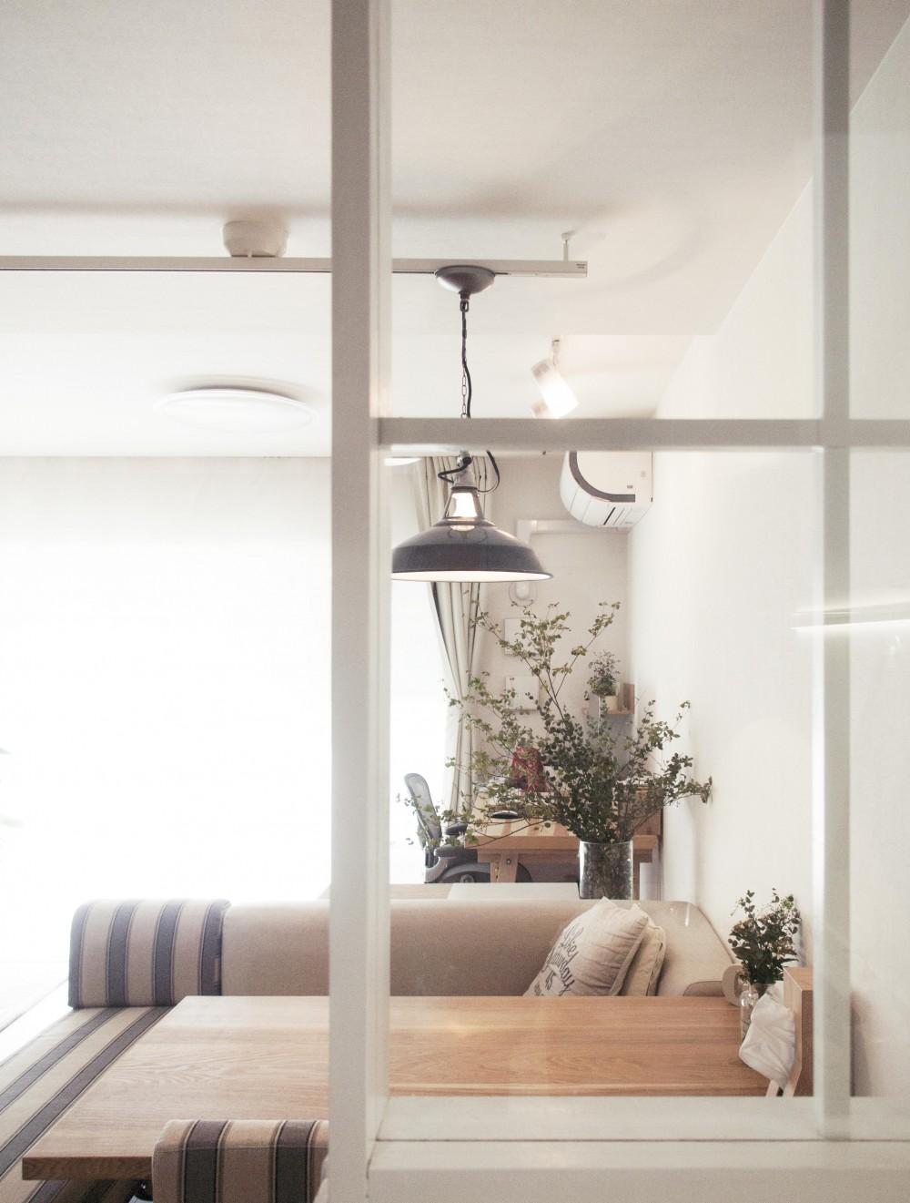 建築家とつくりあげた理想のリノベーション空間 (光が差し込むキッチン横のガラス窓)