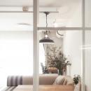 光が差し込むキッチン横のガラス窓
