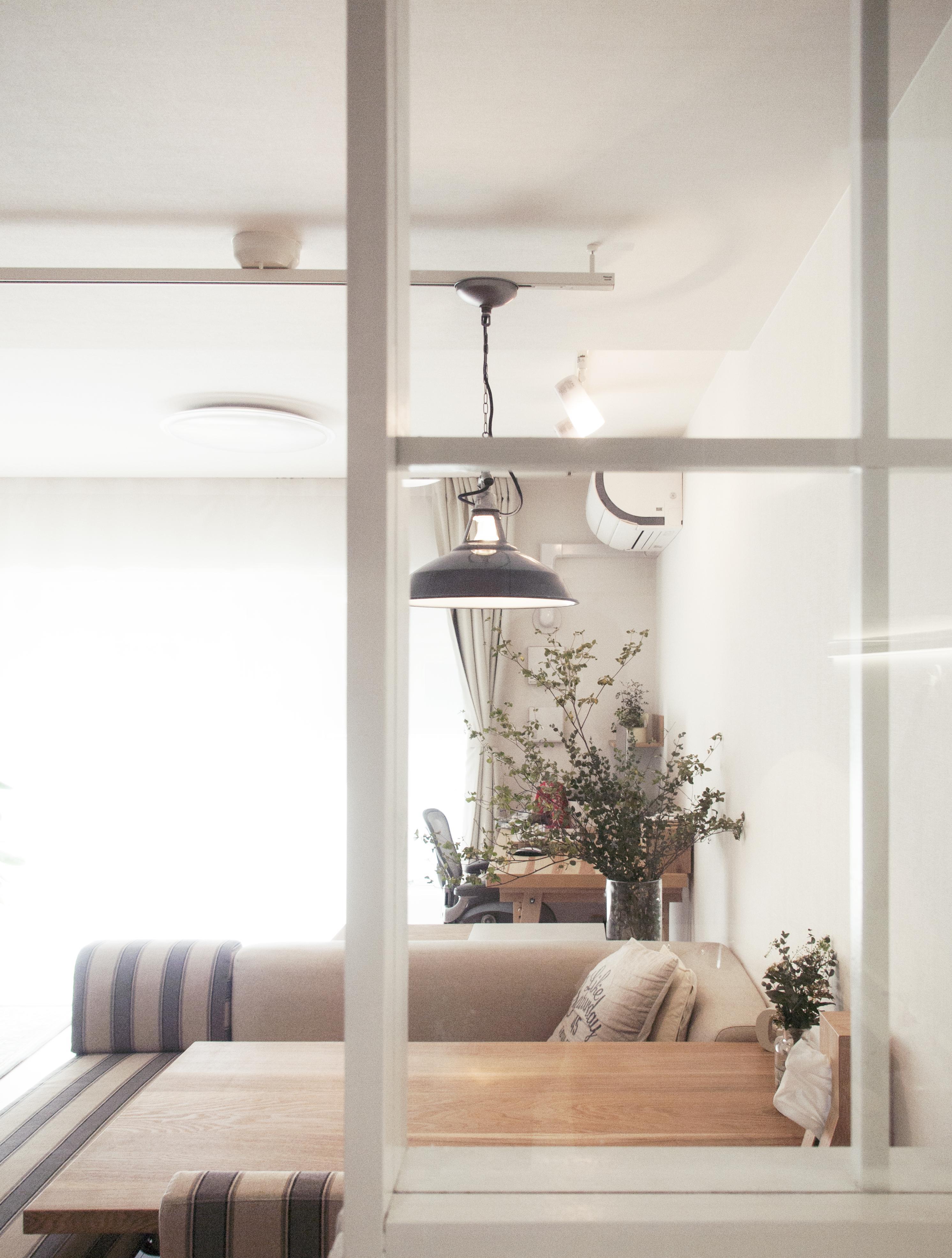 建築家とつくりあげた理想のリノベーション空間の部屋 光が差し込むキッチン横のガラス窓