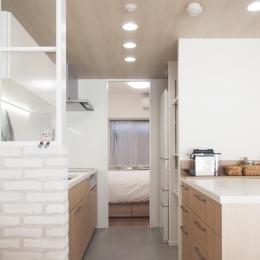 建築家とつくりあげた理想のリノベーション空間-キッチンにある可動式の収納棚