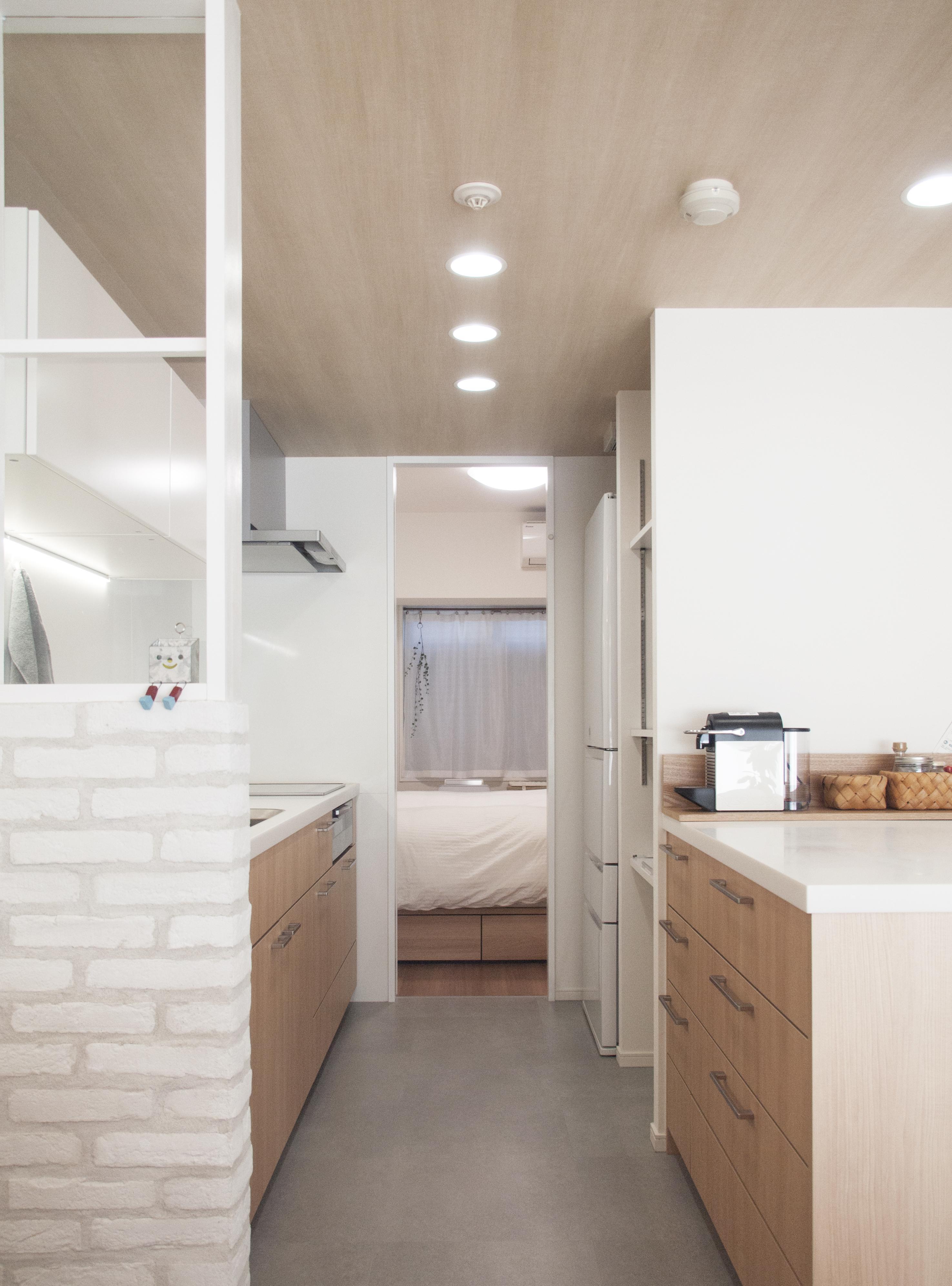 建築家とつくりあげた理想のリノベーション空間の部屋 キッチンにある可動式の収納棚