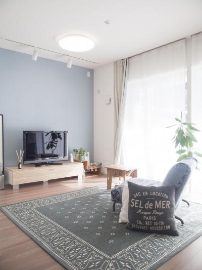 鮮やかなブルーのアクセントクロス (建築家とつくりあげた理想のリノベーション空間)