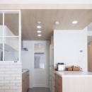 建築家とつくりあげた理想のリノベーション空間の写真 キッチンを進むと寝室スペースへ