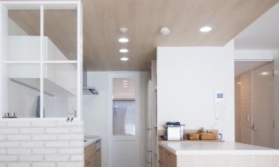 建築家とつくりあげた理想のリノベーション空間 (キッチンを進むと寝室スペースへ)