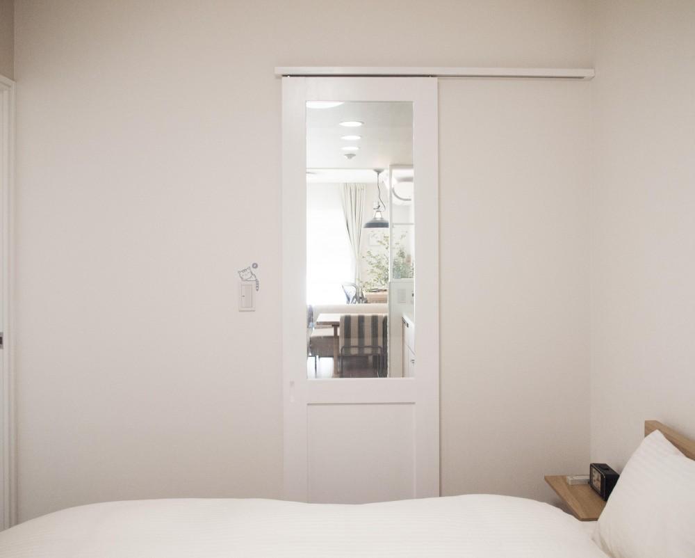 建築家とつくりあげた理想のリノベーション空間 (2方向から出入りできる寝室)