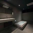 H邸の写真 グレーで統一した洗面、バスルーム