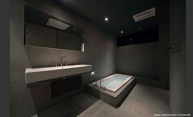 H邸の部屋 グレーで統一した洗面、バスルーム