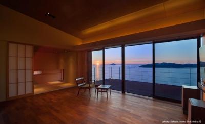 糸島の別荘 (ウッドデッキテラスと一体感のあるリビング)