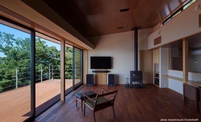 暖炉のある景色の良いリビング (糸島の別荘)
