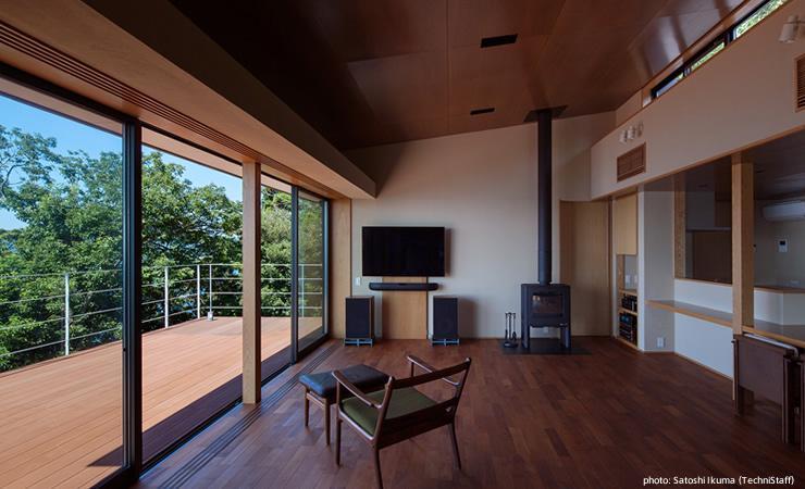 糸島の別荘 (暖炉のある景色の良いリビング)