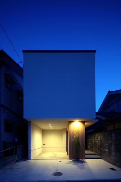紗更の家(ささらのいえ)~ナチュラルテイストの白い家~ (街に溶け込むシンプルなファサード)