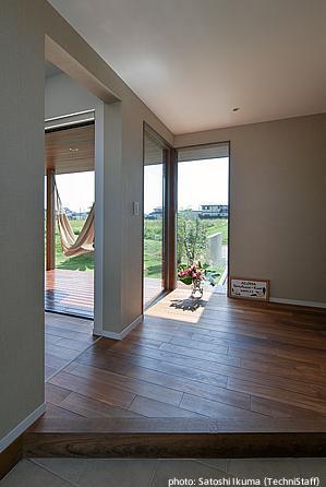 玄関事例:庭へ視線が抜ける玄関(火の国ビーチハウス)