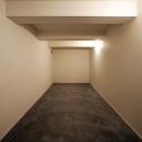 大きなデッキのある家の写真 段差を利用した大容量の収納庫