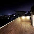大きなデッキのある家の写真 夜景を一望できるデッキ