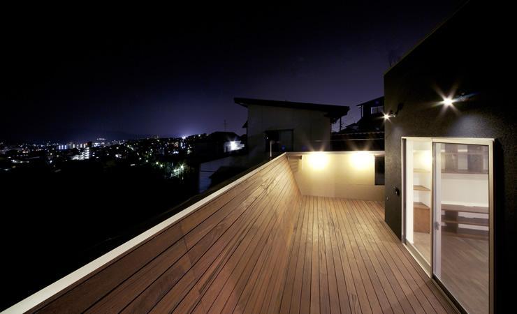 大きなデッキのある家の部屋 夜景を一望できるデッキ