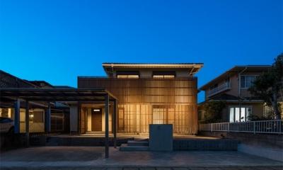 連子門の家 (木格子が目を引く外観-ライトアップ)