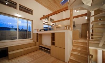 いきいきと楽しさが溢れる家 (スキップフロアーのリビングからダイニングキッチンを見る)