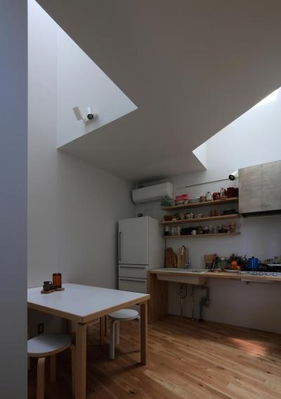 光に包まれたダイニングキッチン (本町の住宅)