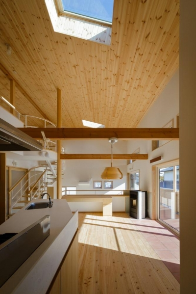 太陽熱を床に蓄えるパッシブデザインのダイニングキッチン (いきいきと楽しさが溢れる家)