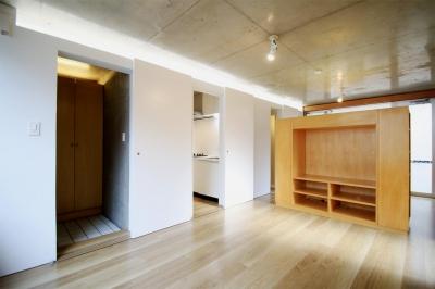 RCと木と間接照明と。シンプル1Kの洗練された空間 (居室)