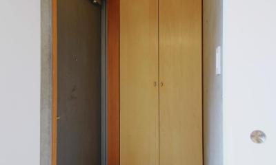 RCと木と間接照明と。シンプル1Kの洗練された空間 (玄関)