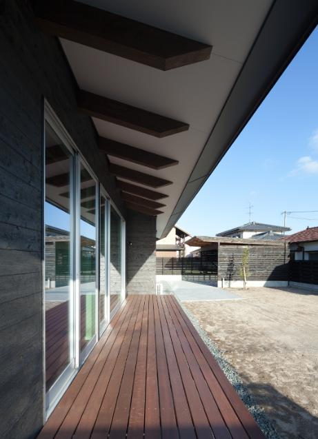 和傘の家 (光と風を感じるウッドデッキ)