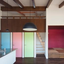 和傘の家-アクセントカラーの扉と和室