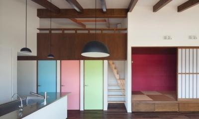 アクセントカラーの扉と和室|和傘の家