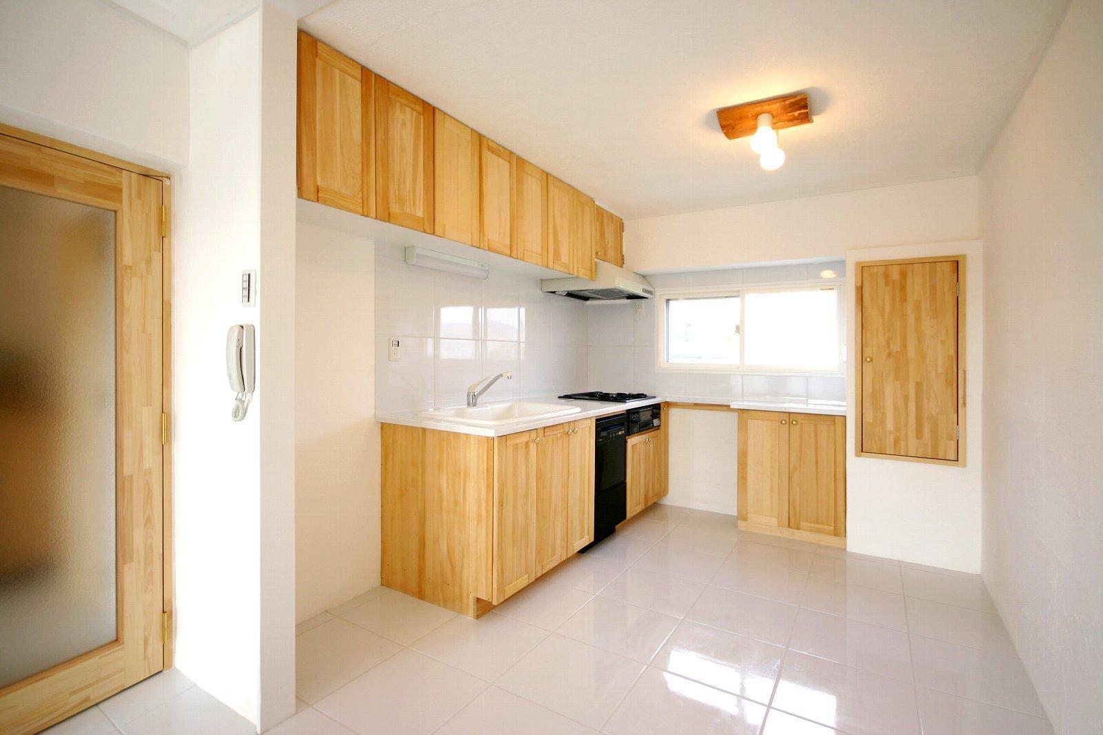 宝松苑の部屋 広々とした木を感じるキッチン
