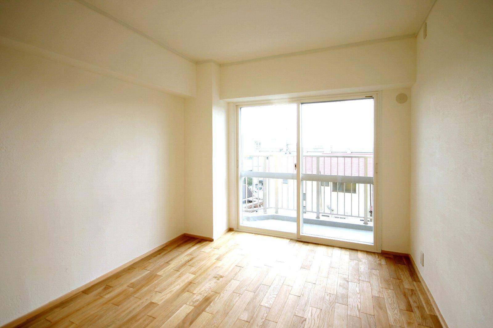 宝松苑の部屋 シンプルな寝室