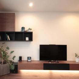 無垢材の床やテーブルに合わせた造作家具の吊棚とテレビボード